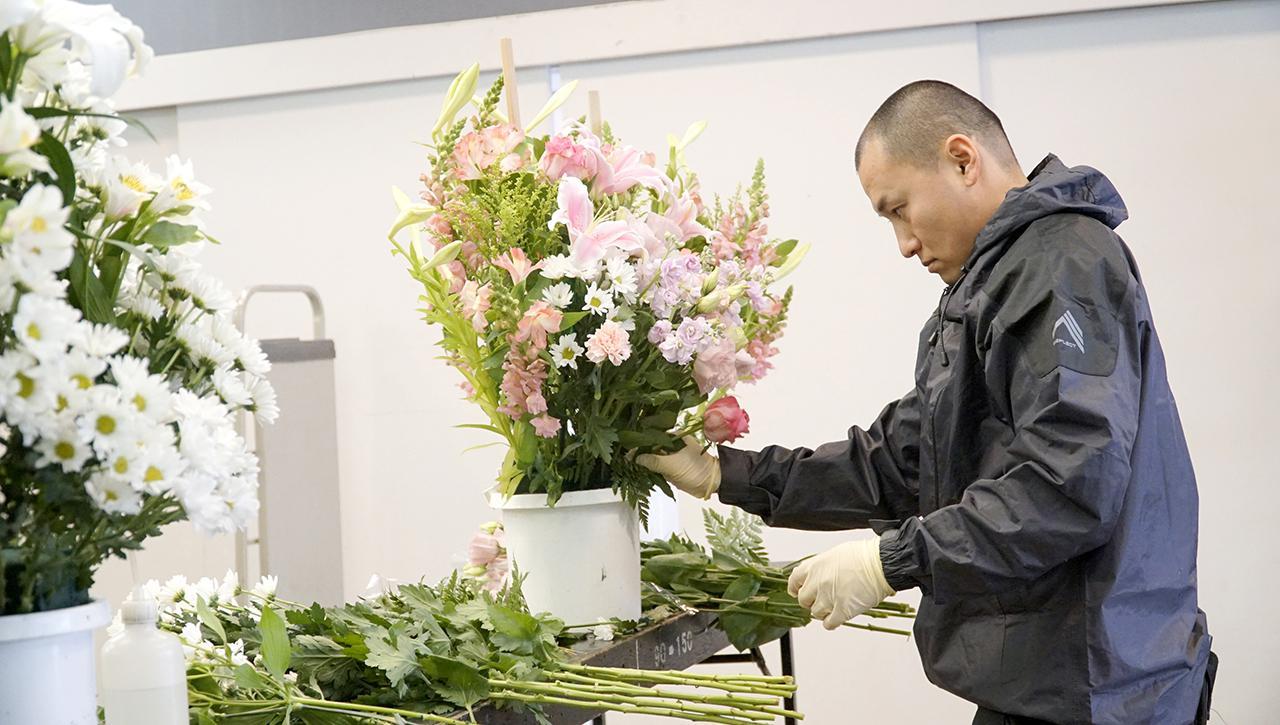 画像: 社内に生花部門があるため、急な発注に機動的に対応できるのも神奈川こすもすの強みのひとつ