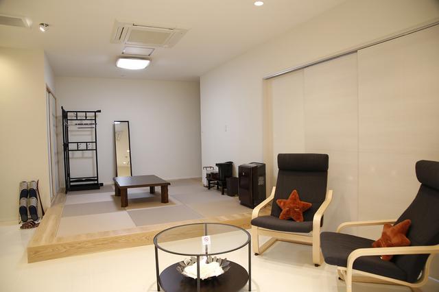 画像: 段差のみで区切られた和室とリビングは、実際よりも広々とした印象を与える