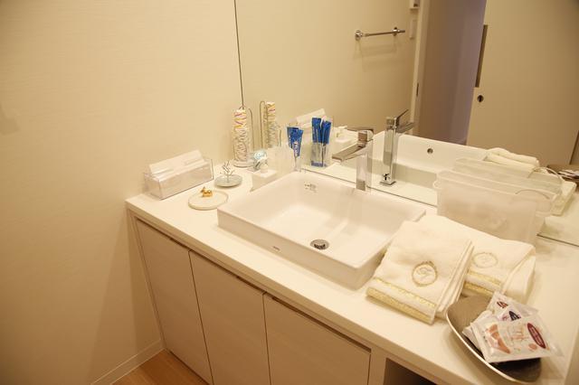 画像: 脱衣所・洗面ルームは白で統一されて居心地良い