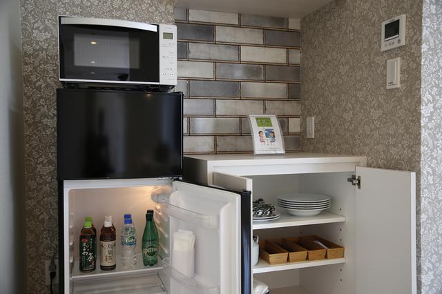 画像: 無料のソフトドリンクと、簡単な食器類が準備されている
