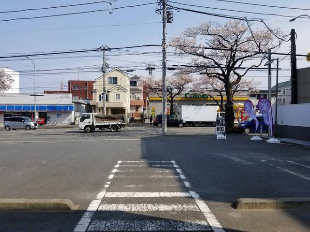 画像: 道路を挟んで向かい側は、コンビニエンスストアと中古車販売チェーンがある