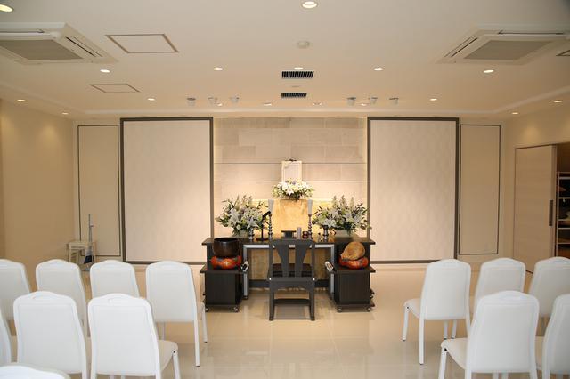 画像: 祭壇背後の壁の一部をモールディングで縁取ってアクセントに