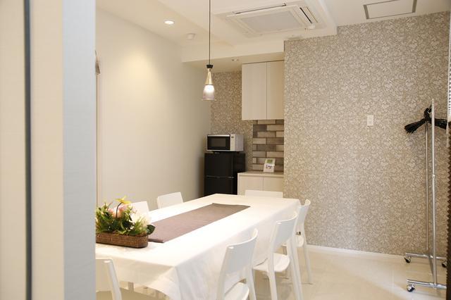 画像: グレーのアクセントウォールが洒落た印象の会食室