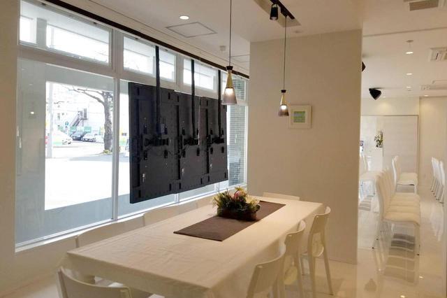 画像: 会食室と式場は細めの壁で仕切られている