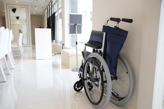 画像: 入り口には車椅子を常備