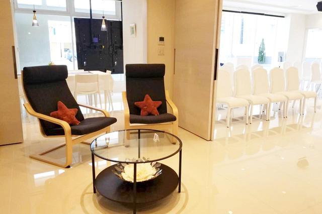 画像: ホール、リビング、会食室が一体になりつつ、それぞれの役割ごとに上手に区切られている