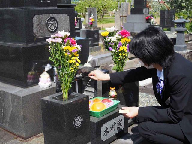画像: 花や供物、線香をお供え