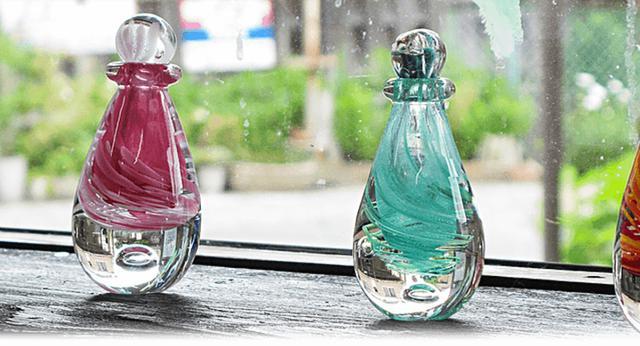 画像: 美透(mito)シリーズ。吹きガラスの工法を利用し、鮮やかな色と透明感を表現。熟練のガラス職人がオーダーを受けてから、ひとつひとつ手作りで仕上げる