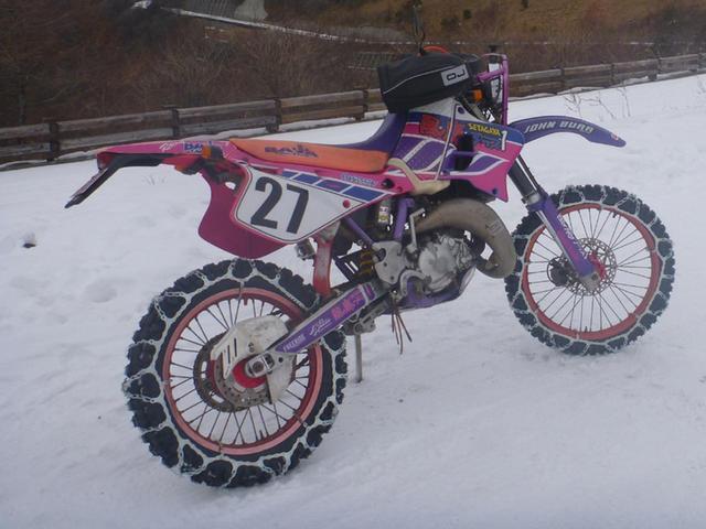 画像: バイク用スノータイヤチェーンを装着して雪中ツーリング