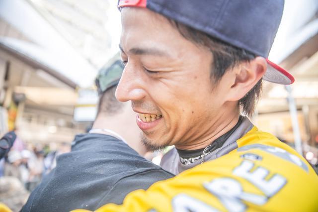 画像: プロデューサー藤原慎也。レースは予選落ち。イベントの終了後、みんなが駆け寄ってきた
