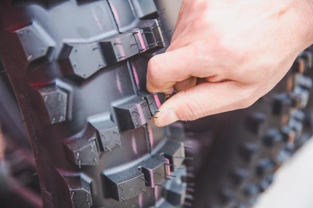 画像: ガミータイヤを世の中に知らしめた、IRC ix-09wゲコタ。たぶん、世の中のブロックタイヤで一番柔らかい(当社触った比)