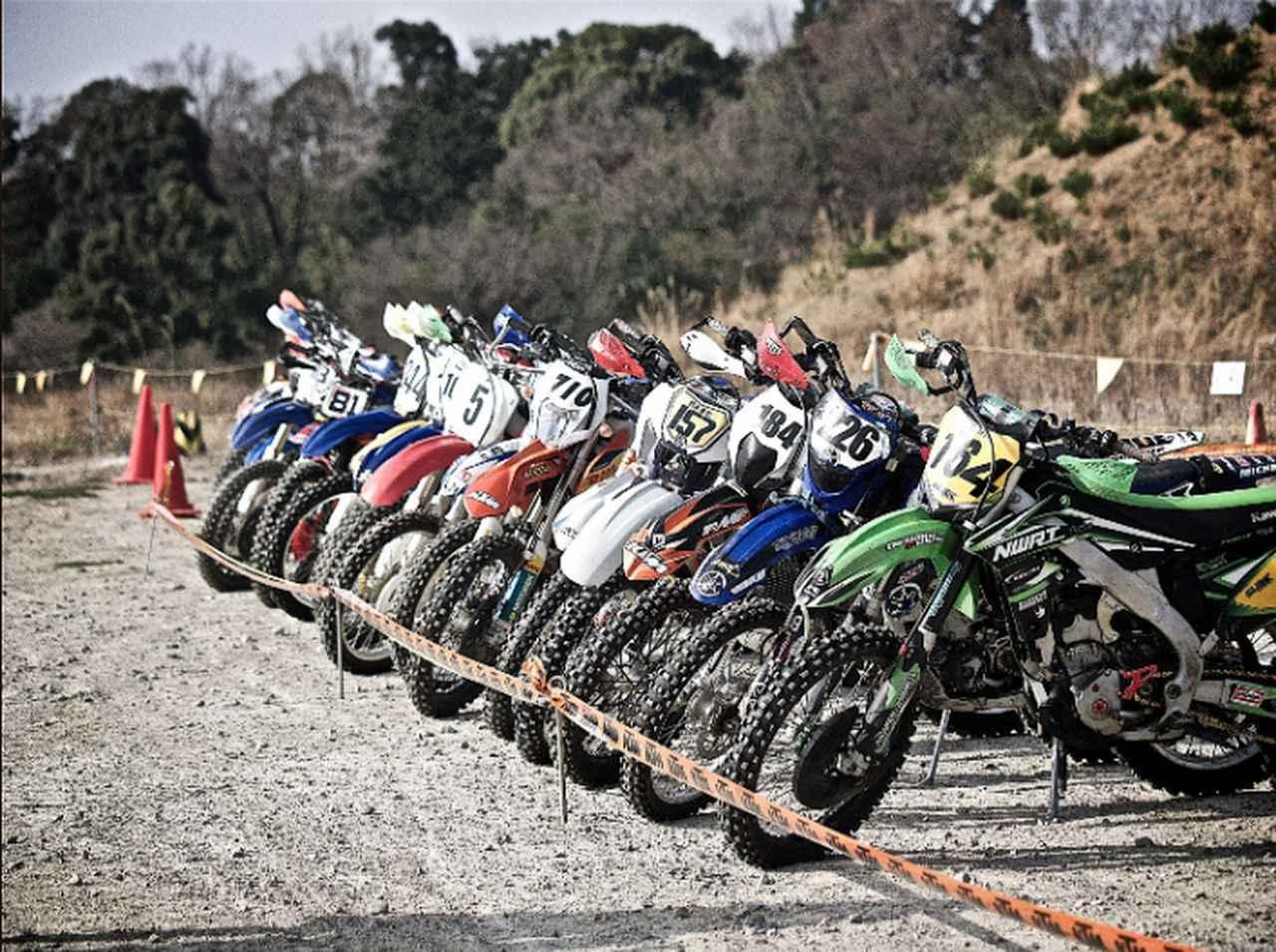 画像: 「パルクフェルメ」スタート前、ゴール後にバイクを保管するスペース。ここではエンジン始動や整備はできないルール。