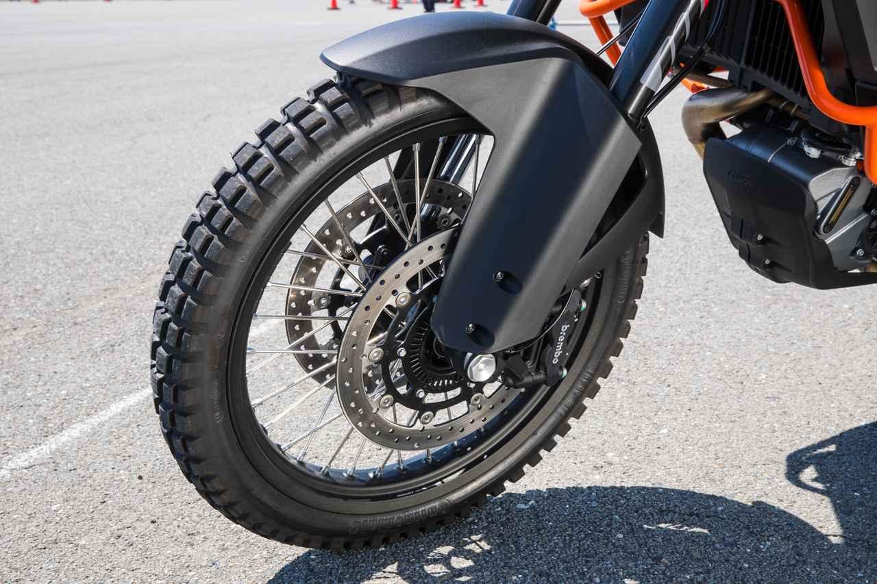 画像: 21インチ、18インチのオフロードサイズ。タイヤ空気圧監視システムが付く。WP製48mmフォークとPDSリアショックは220mmのストロークを誇る。
