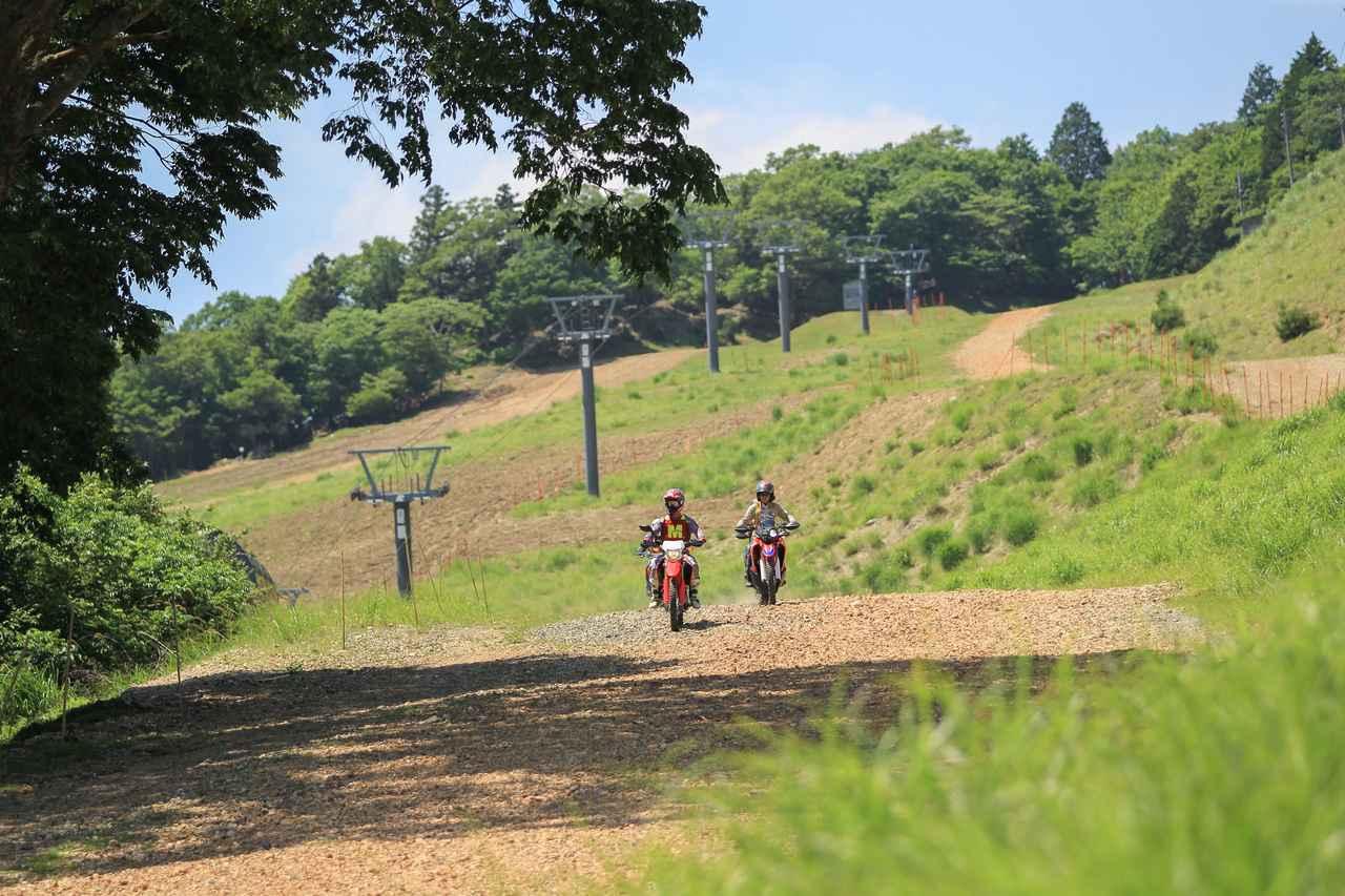 画像: リフトの頂上までバイクで上がる事が出来る。眼下に広がる景色は登った者しか見ることができない。
