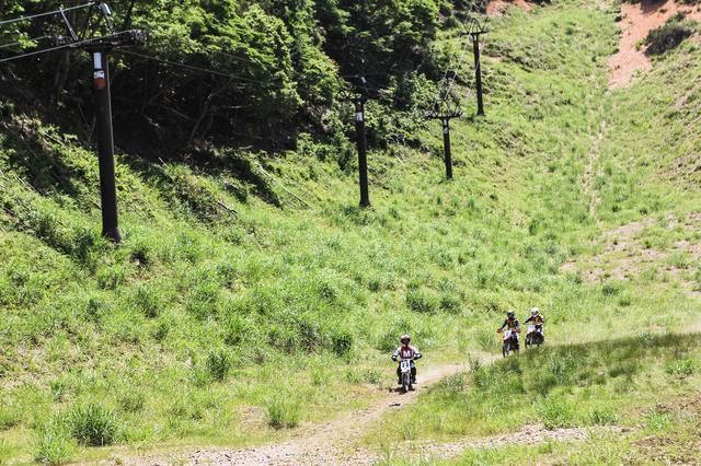 画像: 試乗コースは、初心者用の小さな周回コースと、中級者向けのスキー場を上がるコースが用意された。
