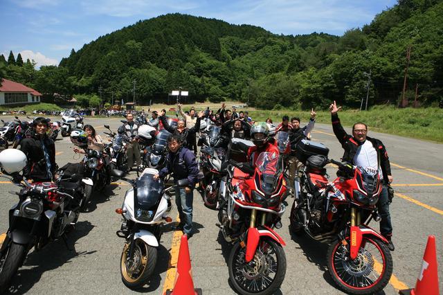 画像: このノリの良さは西部ならでは? 様々なジャンルのバイクが一斉に並ぶと圧巻。