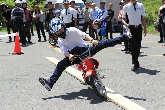 画像: バイクが小さいのでかなり難易度は高い。
