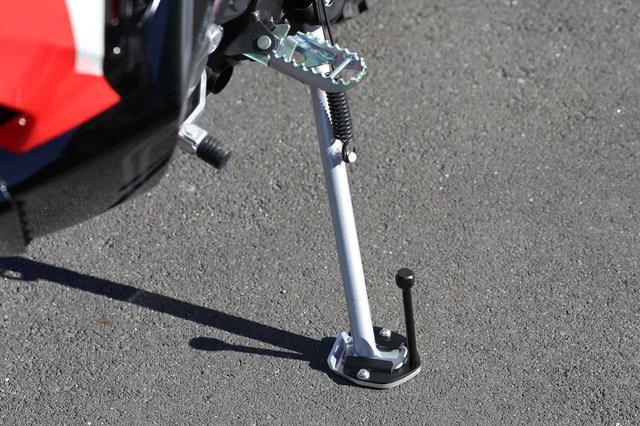 画像2: 不安定な足場でもしっかりバイクを支える