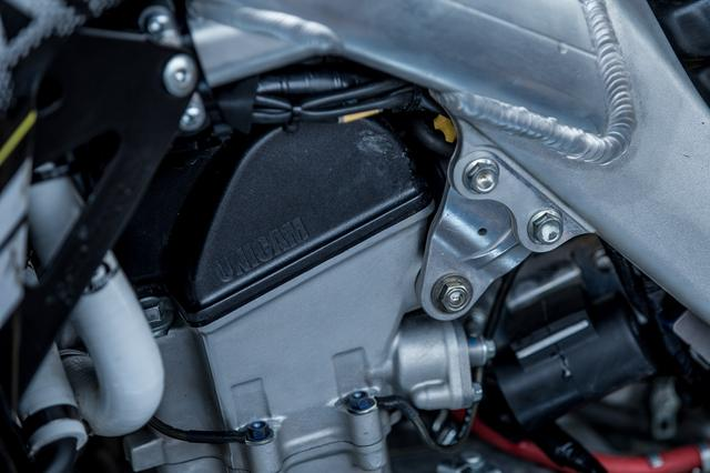画像1: 調整するのは、アッパーのエンジンハンガー
