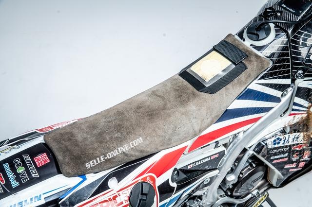 画像3: ラリーバイクは車高が高い…