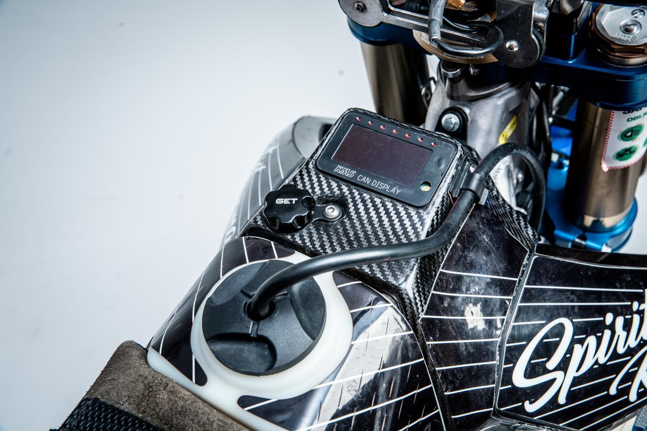 画像4: ラリーバイクは車高が高い…