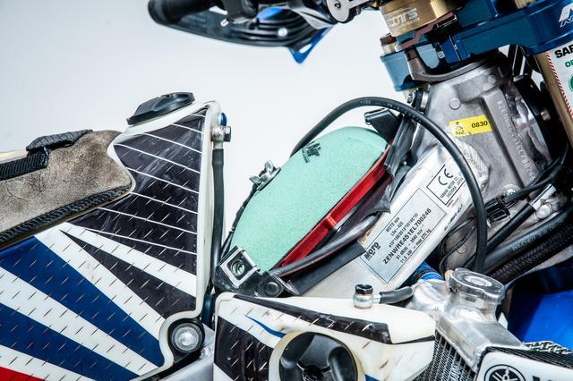 画像2: ラリーバイクは車高が高い…
