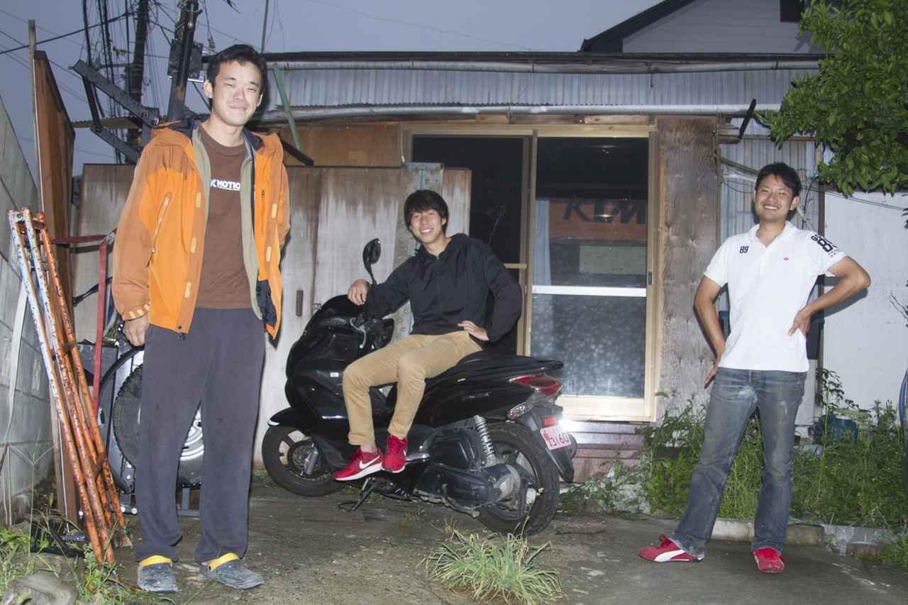画像: 家賃5万円の古民家を3人で借りて中を改造し、ガレージとしてシェアしている。