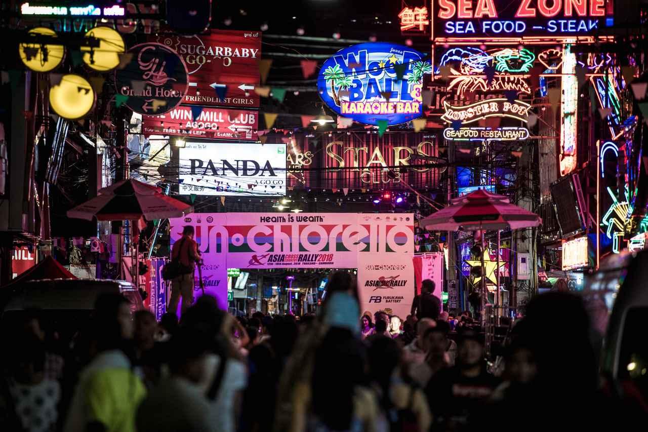画像1: スタートは、パタヤの名ストリートから。興奮を呼ぶ、セレモニー