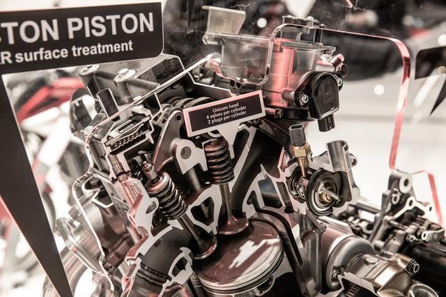画像4: 頻繁にバラす前提にないエンジンは、シリンダー一体式
