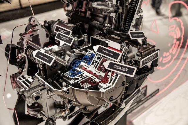 画像7: 頻繁にバラす前提にないエンジンは、シリンダー一体式