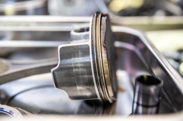 画像10: 頻繁にバラす前提にないエンジンは、シリンダー一体式