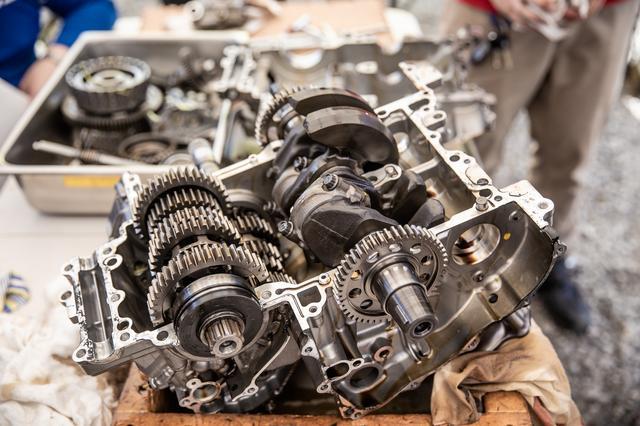 画像5: 頻繁にバラす前提にないエンジンは、シリンダー一体式
