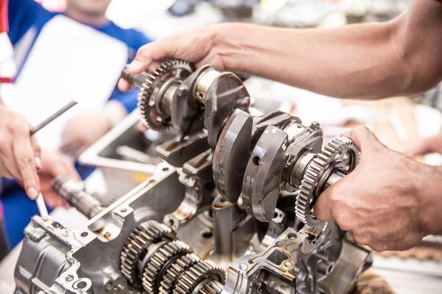 画像8: 頻繁にバラす前提にないエンジンは、シリンダー一体式