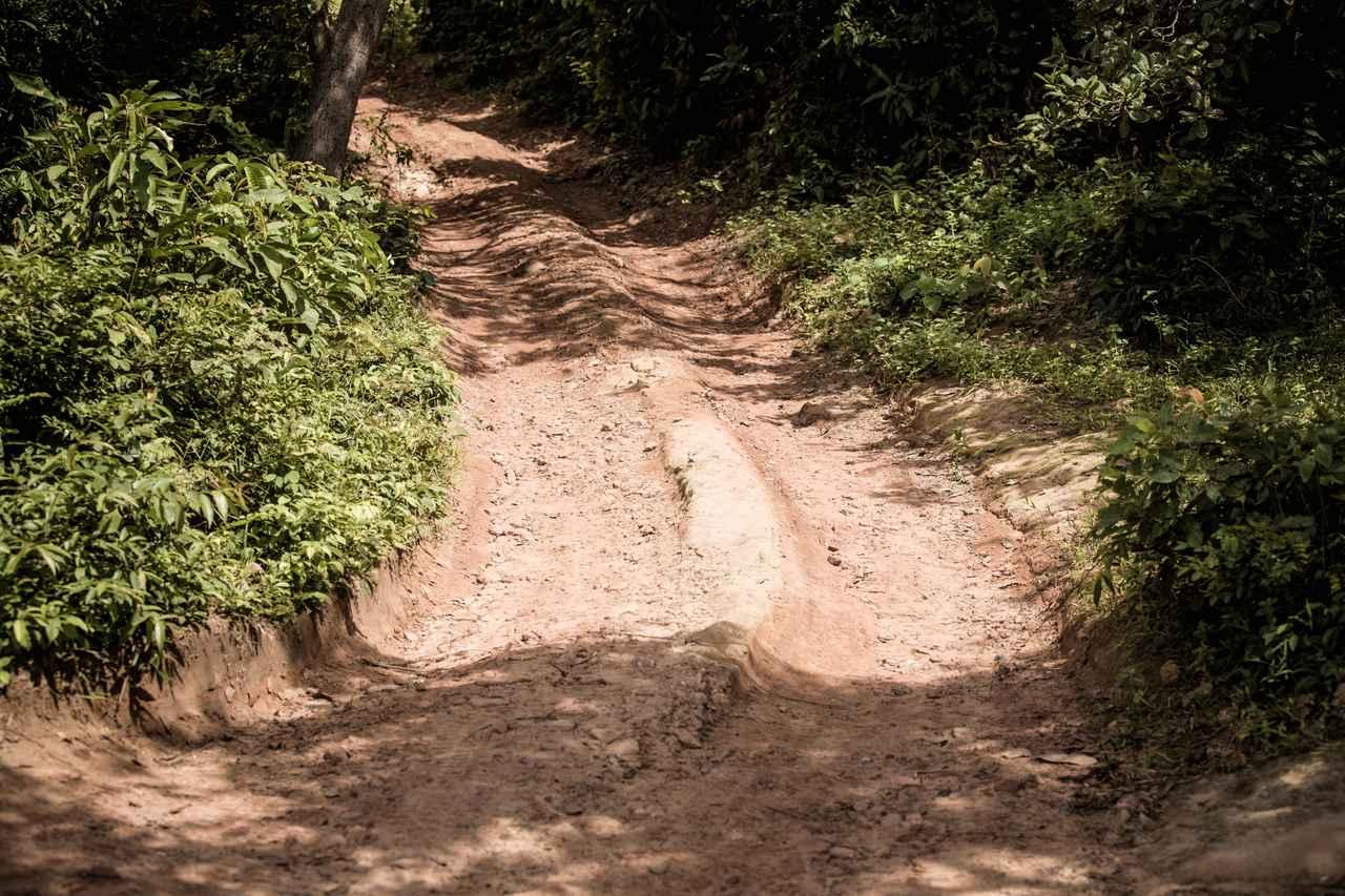 画像2: 岩がむき出しになったり、堅いワダチが残るシーン