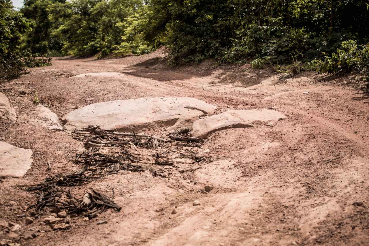 画像1: 岩がむき出しになったり、堅いワダチが残るシーン