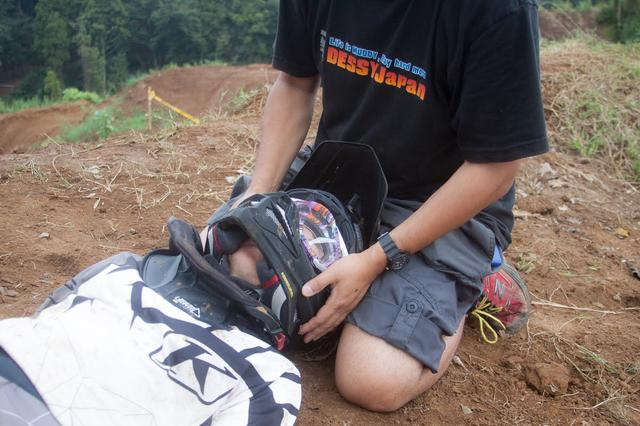 画像1: 4.ヘルメットは首を支えて脱がす