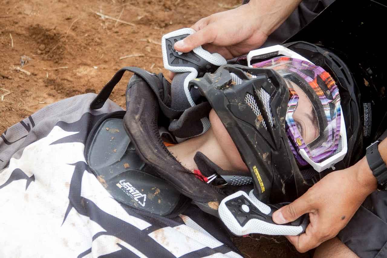 画像3: 4.ヘルメットは首を支えて脱がす