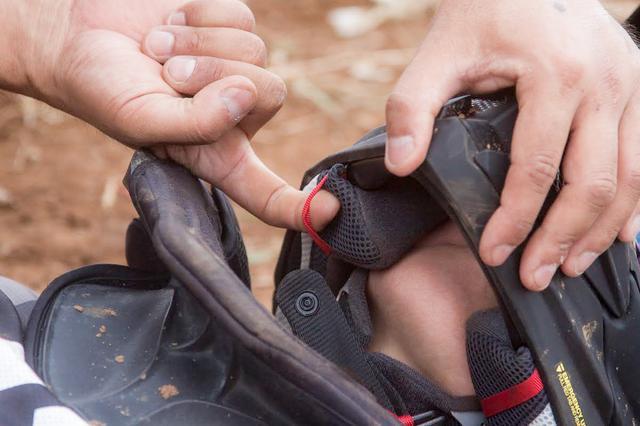 画像2: 4.ヘルメットは首を支えて脱がす