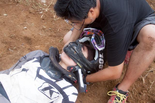 画像4: 4.ヘルメットは首を支えて脱がす