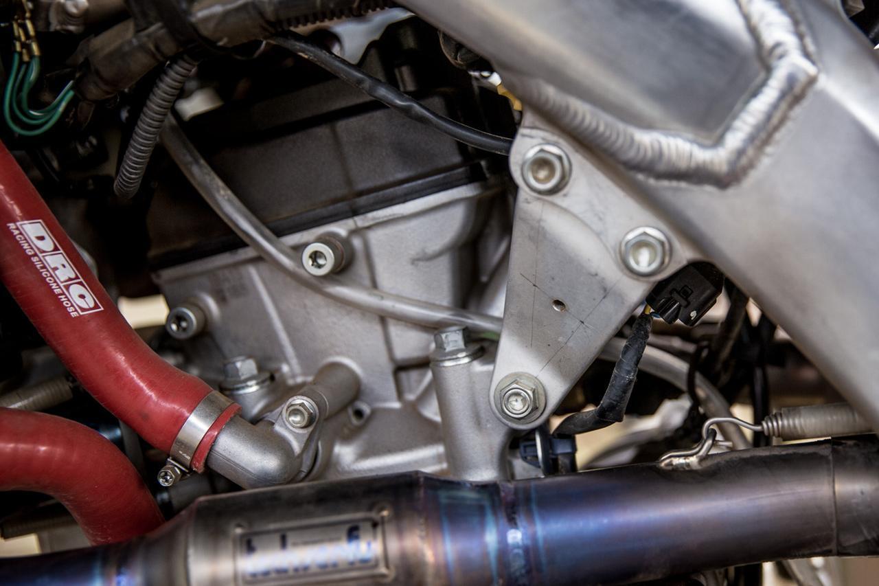 画像: エンジンハンガーに穴を開けると、曲がりやすくなる - Off1.jp(オフワン・ドット・ジェイピー)