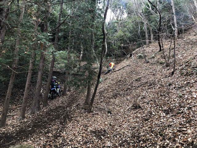 画像: 沢を登った先にあるヒルクライムに挑むエンデューロライダーたち