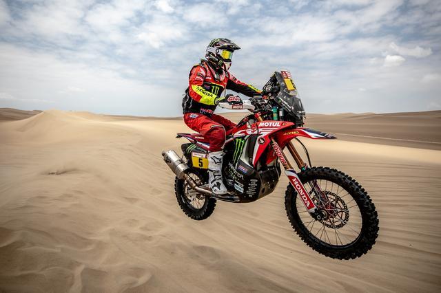 画像: トップタイムのJ・バレダ。快調に砂漠のステージを飛ばす。
