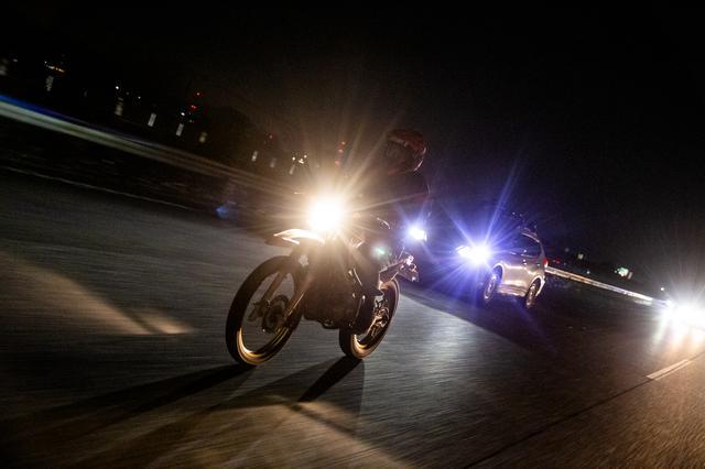画像: 高速走行では、まる別のバイクになる