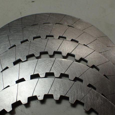 画像: 溝を切ることでクラッチの発熱・歪みを抑える