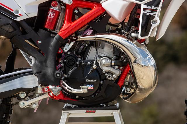 画像: 2018モデルとしてデビューした、Betaの RR2T125と同型のクランクケースを使う。トライアルマシンではメジャーなクラッチカバーに油圧クラッチのレリーズシリンダーが一体になっているタイプ