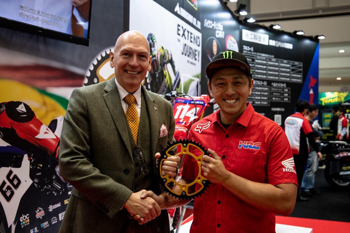 画像: 右:スーパースプロックス社長DJ 左:成田亮選手