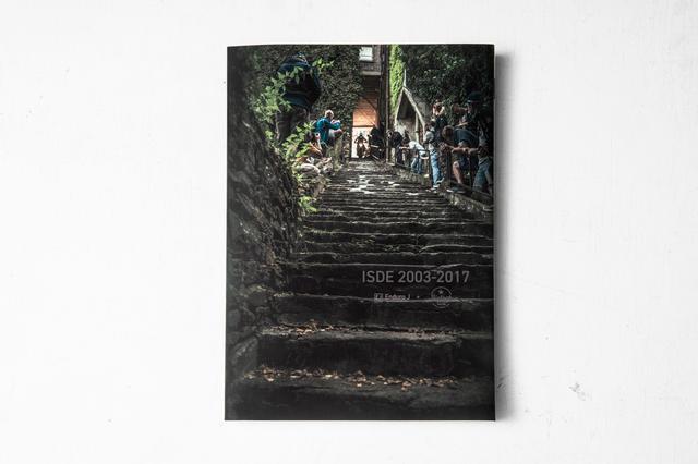 画像1: ISDEの日本代表チャリティ写真集が発売、題材は2003〜2017年