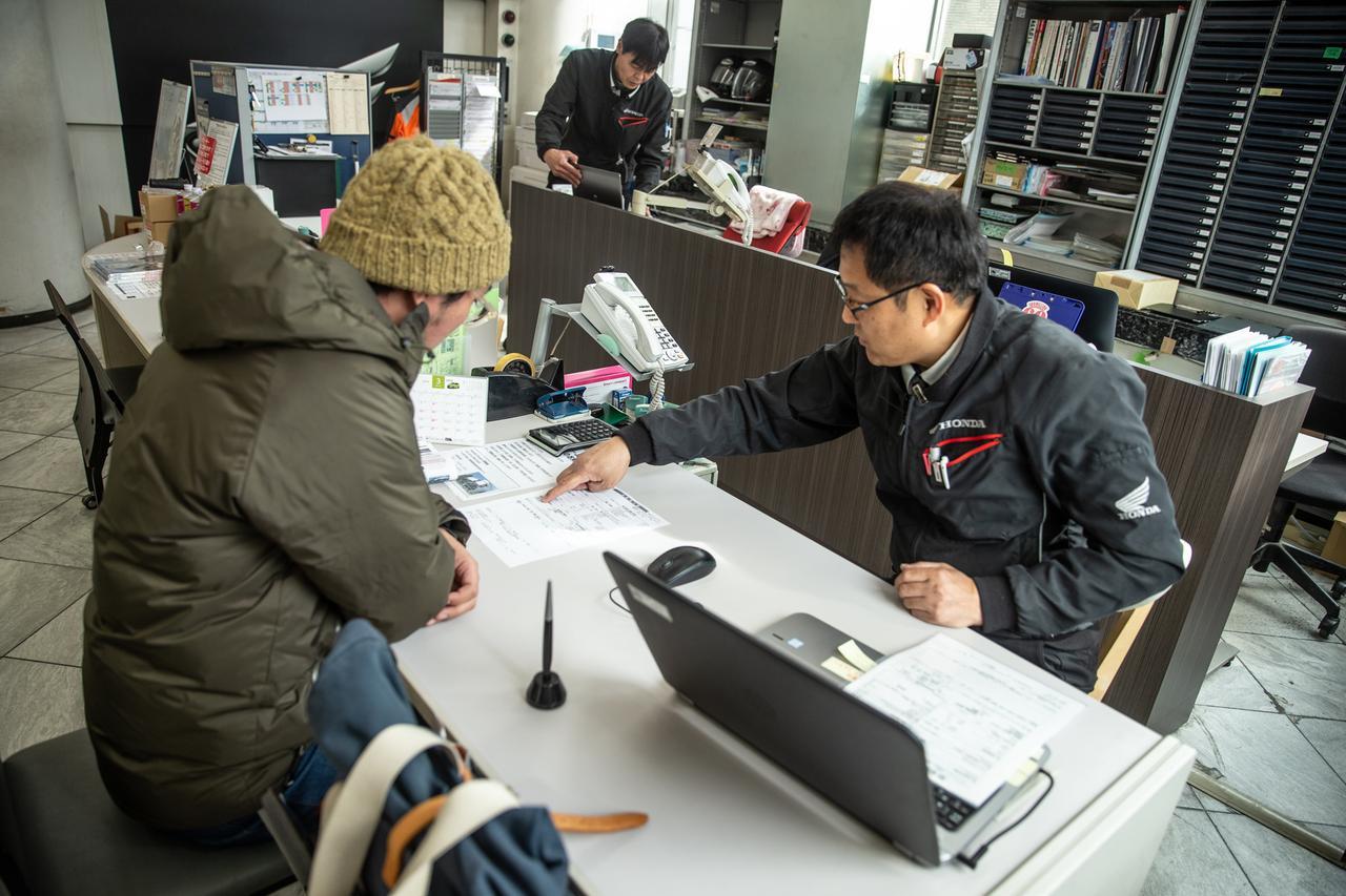 画像: ドリーム世田谷の甲斐店長が、やさしく説明してくれる