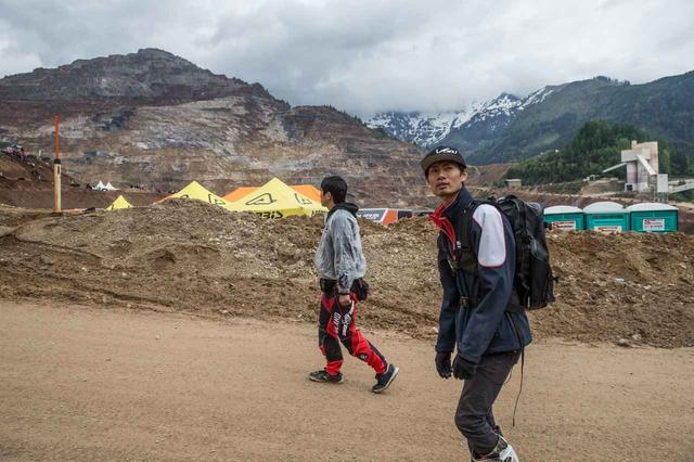 画像: 石戸谷、木村吏の二人は、空いた時間パドックをまわってマシン作りの勉強を欠かさない。