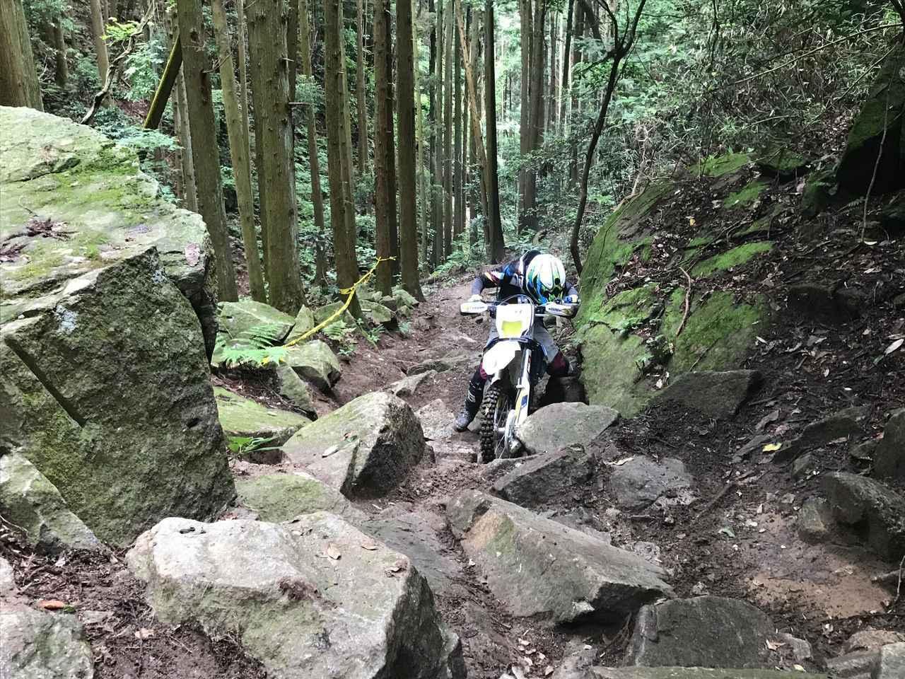 画像: 僕たちはいつも茨城県にあるオフロードパークSHIRAIで練習をしているのですが、ここがまさにHIDAKA ROCKSの練習にうってつけなんです。当然、今回もレースに向けてここで岩や沢の特訓を行いました。これ以上に練習になるところは無いでしょう。沢の往復はもちろんのこと、第5エリアの岩を使った基礎練も行いました。